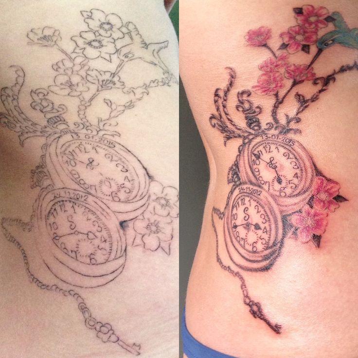 Mijn tatoeage met de geboortedatums, geboorte tijden en begin letters van mijn jongens verbonden met een sleutel en bescherming van de kolibrie