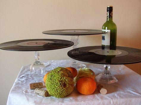 Exponha seus docinhos, bolos ou quitutes de uma forma original: use discos de vinil apoiados em fundos de taças....basta virá-las ao contrário....e tá pronta uma mesa de festa para casas moderninhas!
