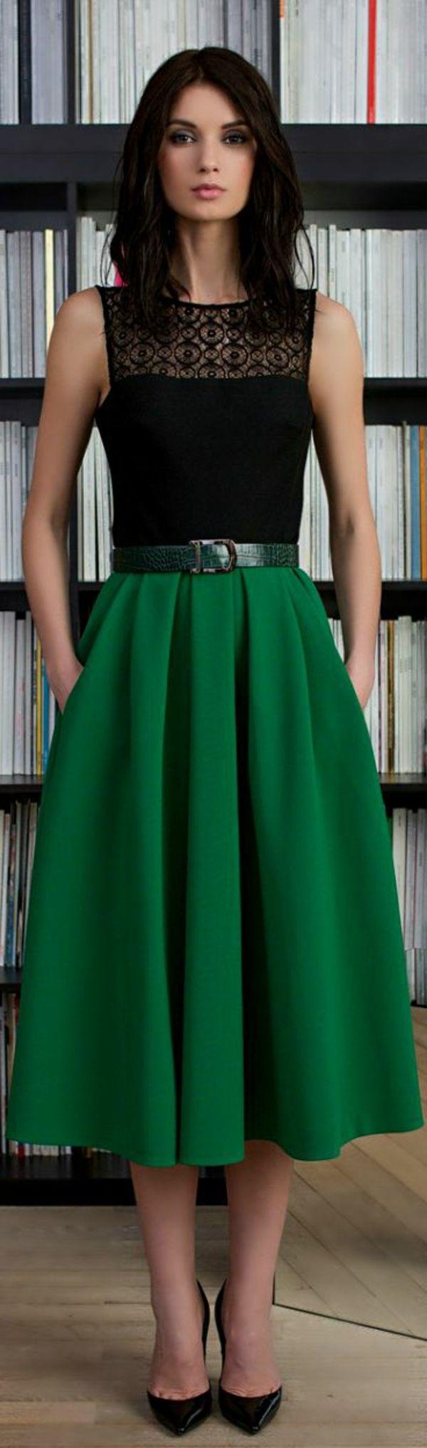 la jupe vert mi-longue, femme moderne, bibliothèque, livres