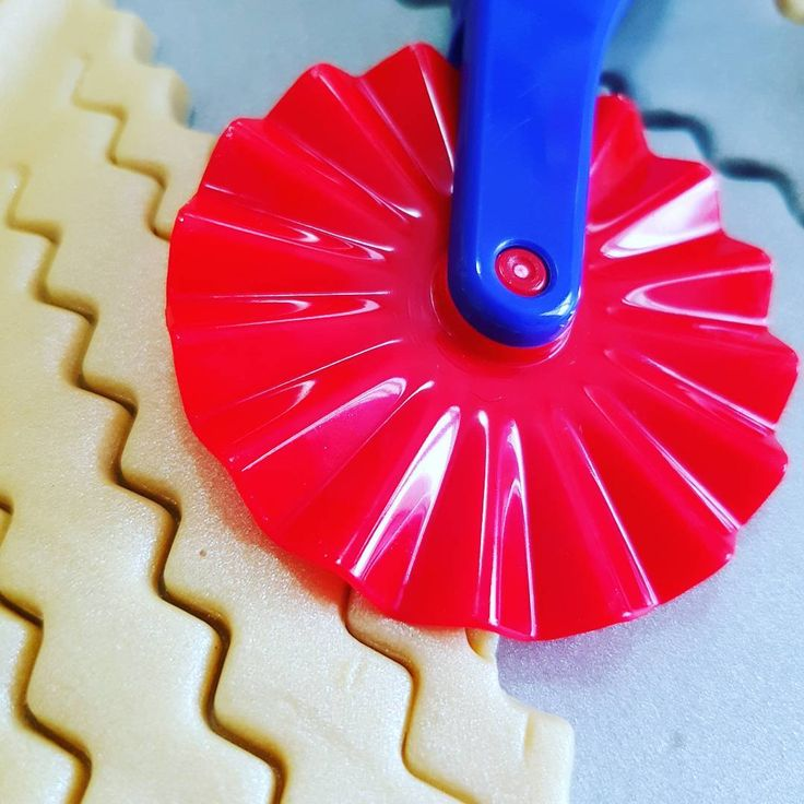 This frilled pizza wheel is our #PlayDoughToolOfTheDay. Cut out playdough and make zig-zag patterns.