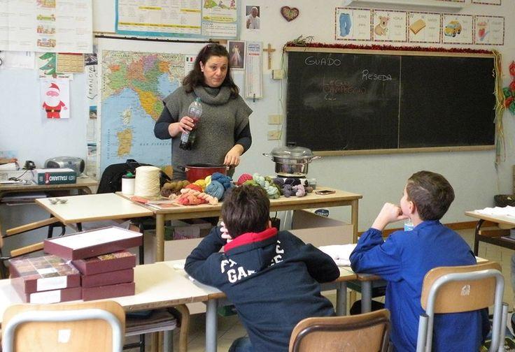 20/2/2016. Scuolartigiana. Daniela Panariello che illustra la colorazione dei tessuti ai bambini della Scuola Elementare di Pratantico