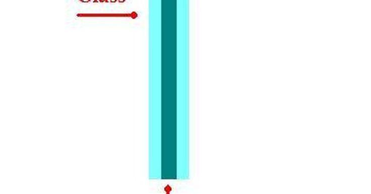 Como cortar vidro laminado?. Vidro laminado geralmente vem acompanhado de outras peças de vidro ligadas a ele, por meio de alta temperatura e pressão, com uma ou duas camadas de plástico entre essas peças. Esse outro tipo de vidro se parece com o comum e é também conhecido como vidro de segurança.