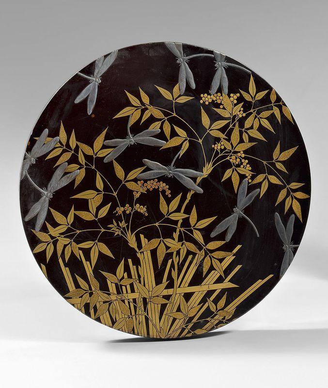 SUZURIBAKO de forme ronde en laque ro-iro décoré en hira maki-e de laque or et argent de libellules volant au dessus des fleurs.  Le revers du couvercle est décoré d'un personnage et son serviteur.  Au revers de la base,  une inscription.  Diamètre : 26,3 cm