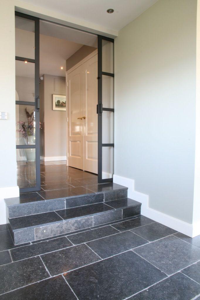 Woning met natuursteen tegels - Belgisch hardsteen - Kersbergen natuursteen - vloeren ideeën | Kersbergen.nl