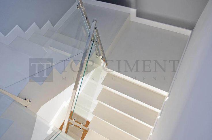 Elegante escalera de diseño revestida con microcemento color blanco