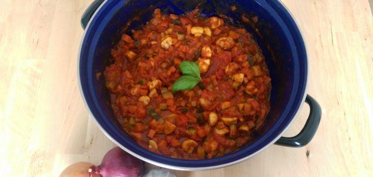 Een heerlijk simpel en super gezond recept voor vegetarische pastasaus. Je vindt het recept boordevol groenten recept hier!