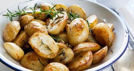 Cartofii constituie garnitura ideala pentru multi dintre noi. O varianta mai sanatoasa la cartofii prajiti sunt acesti cartofi copti cu ierburi. Odata cu sfarsitul primaverii putem profita de abundenta cartofilor noi si a plantelor aromatice. Ingrediente (6-8 portii): 900 g cartofi noi 4 linguri ulei de masline extravirgin 4 linguri ulei de floarea soarelui 5-6