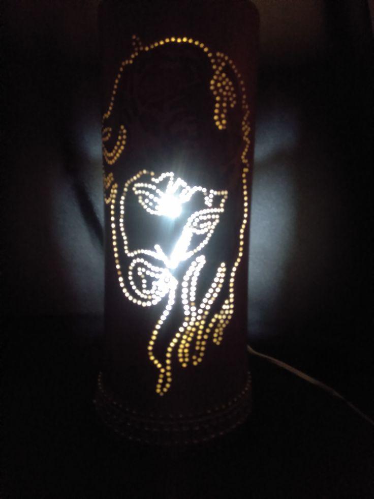 Así se ve la lámpara de Jesús donde podemos apreciar su rostro a plenitud durante la noche.