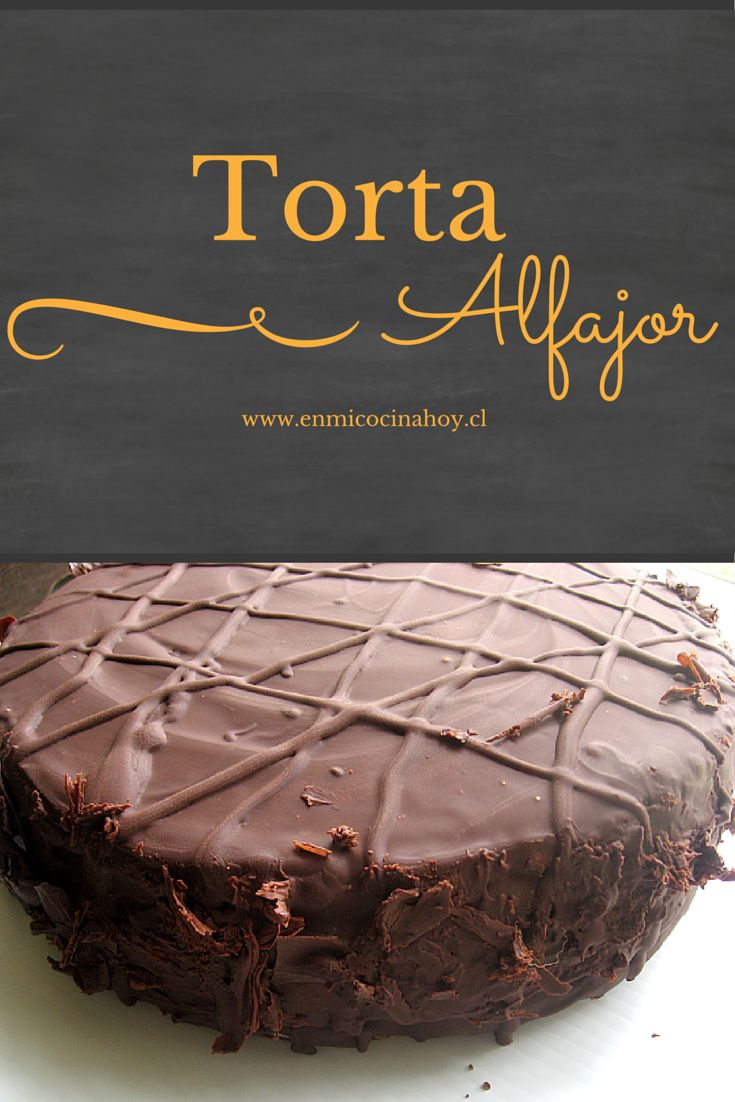 Una deliciosa torta de alfajor de chocolate con masa húmeda y suave, rellena con…