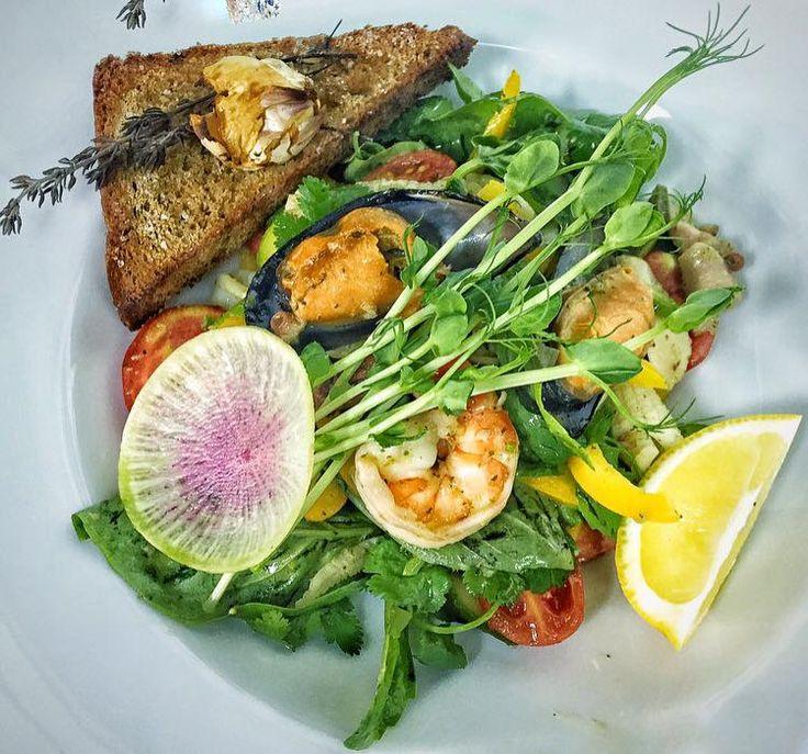 Фирменный салат с морепродуктами и чесночными гренками  Заведение: Рыбный базар…
