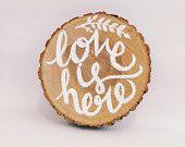 L'amore è qui canzone legno Citazione segno, testi musica di culto decima Avenue North, fetta di quercia rustica, dipinta a mano