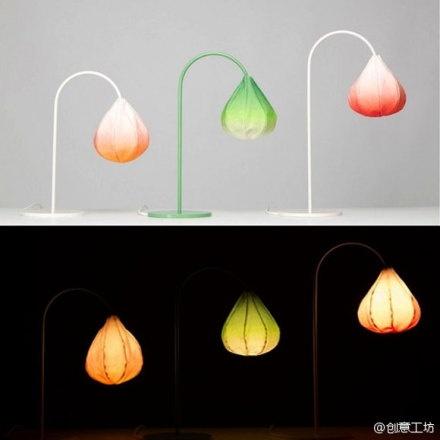 """【绽放的灯芽,夜晚的效果好美】设计师Kristine根据一种野生的花卉设计而来的。灯罩颜色采取渐变的效果,像是一朵含苞待放的花蕾,开在太阳的光芒之下。作为照明的工具,虽然它的光线不足以照亮整个房间,但是它的光圈营造出来的氛围,浪漫,大气足以让你可以舒服的""""蜷缩""""在某个角落。"""