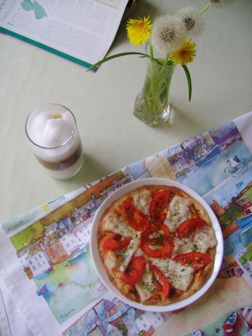 Тонкая, хрустящая и в тоже время сочная пицца.