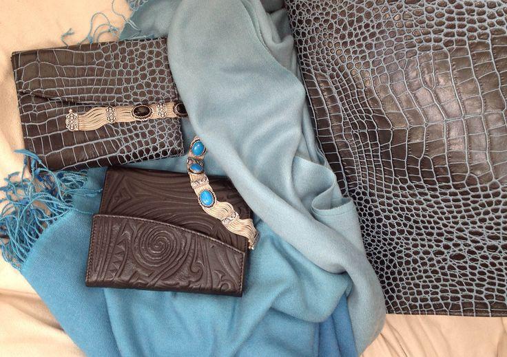 Aufwendig geprägte Leder im Kroko-Look lassen diese Designer-Geldbörsen und Handtaschen zu wahren Schmuckstücken werden - zu Must-haves. Ihre klassische Form, hervorragende Verarbeitung und Strapazierfähigkeit machen sie zu idealen Begleitern, die ihren Nutzer gerne an die Menschen erinnern, die sie geschenkt haben. Auch die fllauschigen Kaschmirschals  und die außergewöhnlichen Kettenarmbänder mit Natursteinen gibt es in den passenden hochaktuellen Farbtönen.