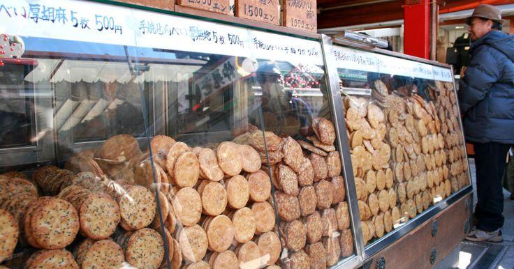 http://www.tokyo-date.net/machi_asakusa/ 世界的にも有名な観光都市である浅草には、様々な観光スポットが存在します。そんな浅草の楽しみ方を「50」個まとめました。 1.まずはここから!浅草寺に参拝 浅草の基本中の基本が浅草寺ではないでしょうか。浅草寺の始まりは628年に漁師の網に仏像が引っかかり、それを祀ったことが始まりと言われています。東京都内最古の寺院であることから、国内だけでなく海外からも多くの観光客が訪れています。 東京都内では唯一の坂東三十三箇所観音霊場の札所でもあり、霊験あらたかな寺院としても信仰を集めています。極彩色豊かな外観が特徴的な浅草寺、浅草に訪れた際はぜひ立ち寄っていただきたい場所です。 浅草の定番観光スポットまとめ10選 2.浅草でサンバカーニバルを楽しむ!...