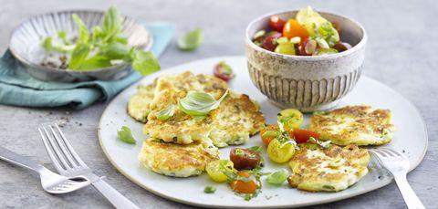Skyr-Basilikum-Plinsen mit Kirschtomatensalat