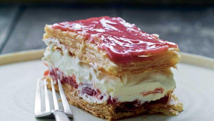 Gå i konditorens fodspor og kreér napoleons-kager, der er en kampherre værdig. Her får du opskriften på napoleonskage med vaniljecreme og rabarberkompot
