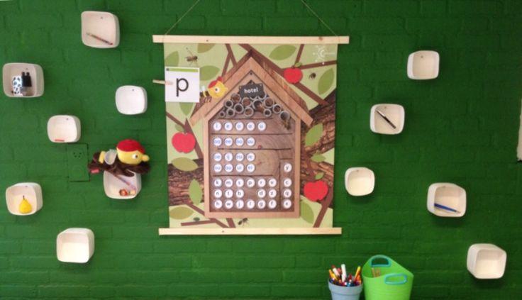 Bijenhotel met echte kamers. Kinderen nemen een voorwerp mee dat begint met de letter van het thema.