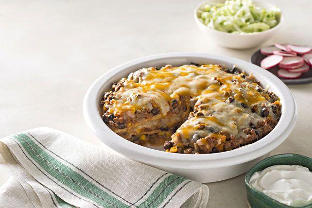 Des enchiladas, ça vous dit? Pour un plat mexicain festif, disposez en couches successives des tortillas, du bœuf haché, de la salsa, du maïs, des haricots noirs et du fromage.