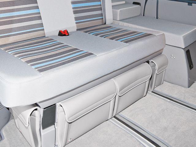 UTILITIES pour le coffre sous le lit des 2 sièges T6 / T5 VW California Beach. Design: « Gris Moonrock Cuir » .
