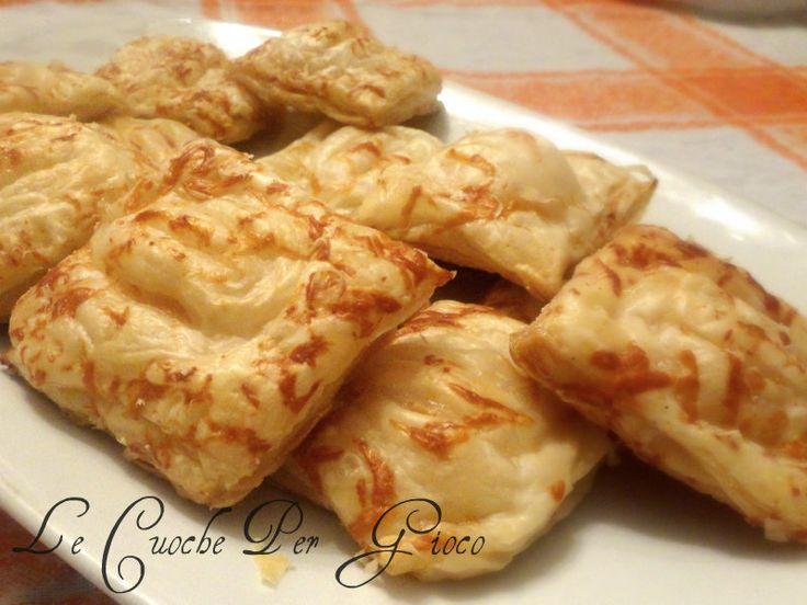 Fagottini di sfoglia con prosciutto e formaggio | Ricetta Antipasti Finger Food per Natale