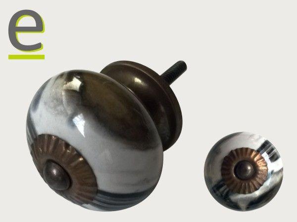 Pomello di ceramica con finitura marmo. Ogni pomello è differente. Diametro 3,5 cm, ghiera anticata.  https://easy-online.it/shop/pomelli/pomelli-marmo-scrk-69/