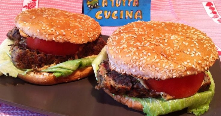 Ingredienti: 2 panini per hamburger (i miei), 200g petto di pollo macinato, 100g spinaci in foglia tritati grossolanamente, 50g grana grattugiato, 1 uovo, 2 fette di pomodoro spesse 1cm, 2 foglie di i