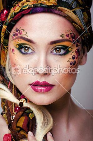 yüz sanatı olan güzellik kadın portresi yukarıya kapatmak — Imagem Stock #37418891