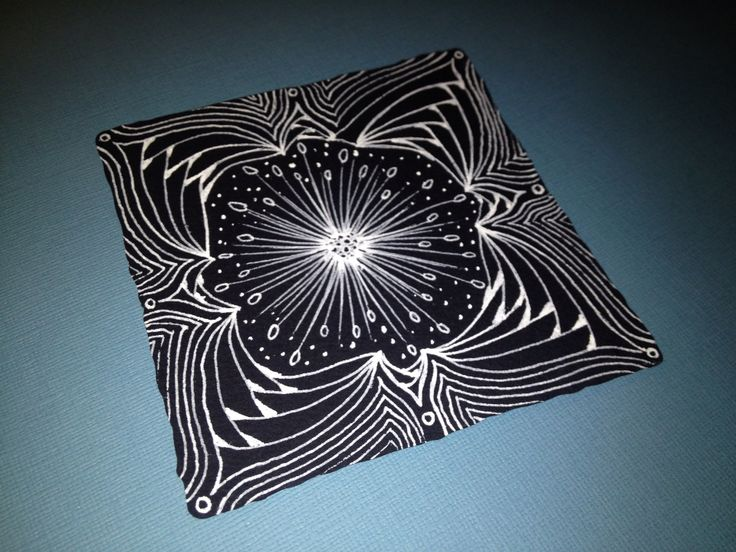 Zentangle en tesela negra. Por María Tovar, CZT (Certified Zentangle Teacher) www.elultimotangle.es