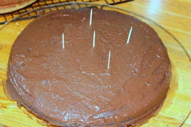 Bu pastanın bir benzerini pinterestte görmüştüm. Bana çok sade ve hoş gelmişti. Çocukların doğumgünü için herkesin kolayca yapabileceği pratik bir pasta uygulamasını yapmak istedim. Çocuklarım da aksesuar konusunda bana çok yardımcı oldular. Pastamız tam...