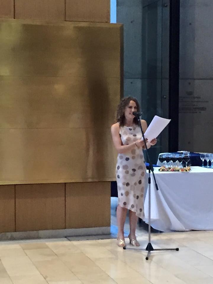 """La autora, María Angélica Puga Phillips, en la presentación de """"Buscando a María Edwards"""". Círculo Israelita de Santiago."""