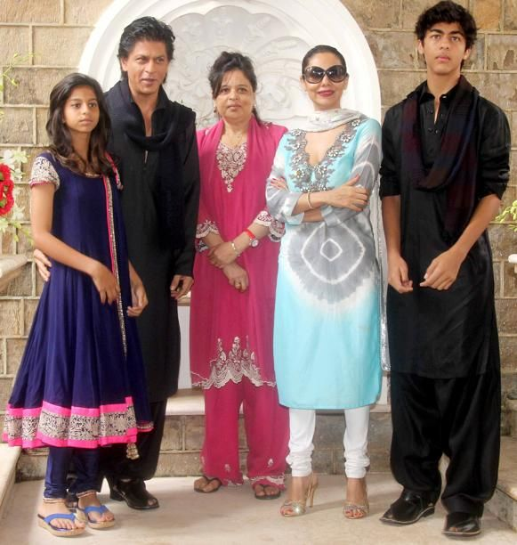 SRK and his grown up kids Suhana and Aryan along with Gauri and King Khan's sister Shehnaz. Of course the only one missing from this picture is AbRam.