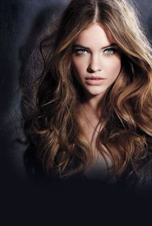 Light brown hair with a middle part, perfect highlights and wavy curls.