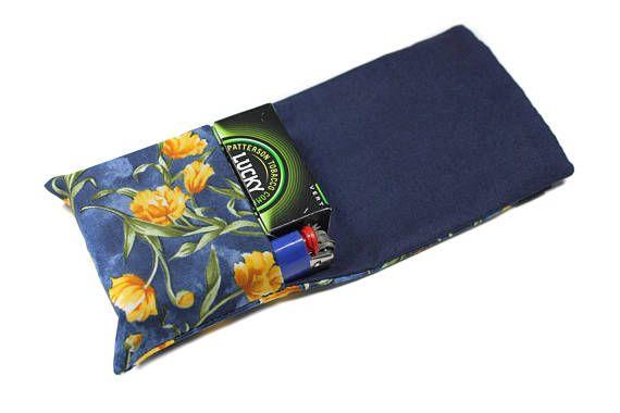 range paquet de cigarettes et briquet en tissu fleuri