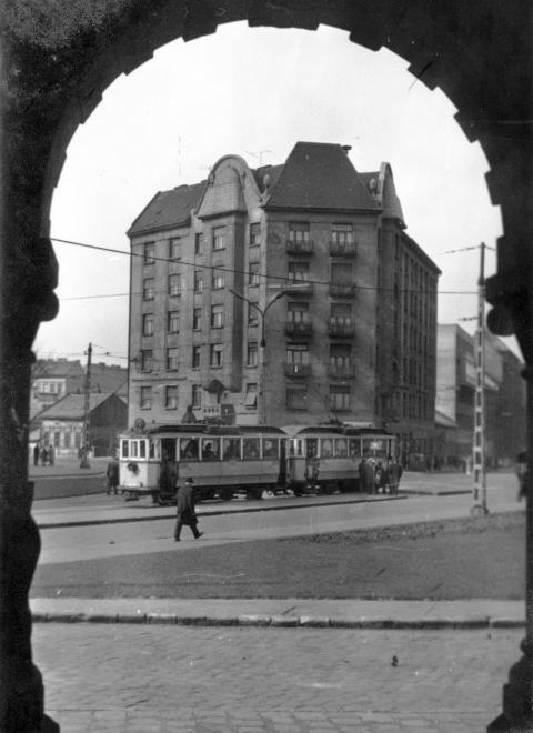 Haller utca - Mester utca sarok a Szent Vince plébánia árkádja alól fényképezve. 1966