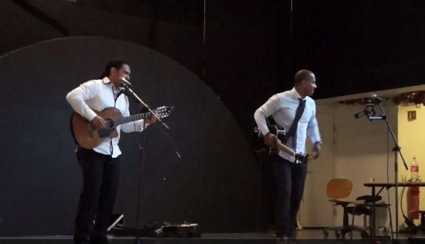 Skal man snakke spansk, må man også kunne danse salsa! I går fikk både VG1 og VG2 danse salsa til ekte latinamerikanske rytmer - spilt av et live band: