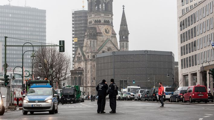 2016 Berlin - Polizisten stehen am 15.02.2016 in Berlin auf der Straße am Hotel Waldorf-Astoria. Wegen des Staatsbesuchs des israelischen Ministerpräsidenten Netanjahu ist der Bereich um seine Unterkunft, das Hotel Waldorf-Astoria, weiträumig abgesperrt (Quelle: Paul Zinken/dpa). ☺