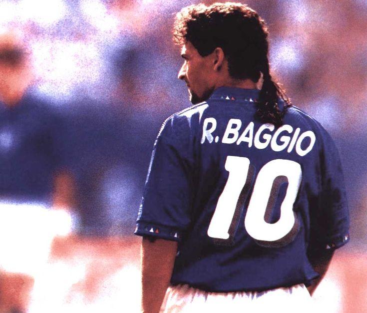 """Roberto Baggio - Considerato uno dei migliori giocatori della storia del calcio mondiale.  Nel 2002 è stato inserito nel FIFA World Cup Dream Team, selezione formata dai migliori undici giocatori della storia dei Mondiali.  Il 9 novembre 2010 gli viene assegnato il """"Peace Summit Award 2010"""" per «il suo impegno forte e costante alla pace nel mondo e le relative attività internazionale»."""