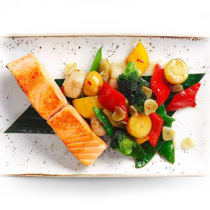 Стейк из сёмги под остро-сладким соусом, с овощами и мини-картофелем.