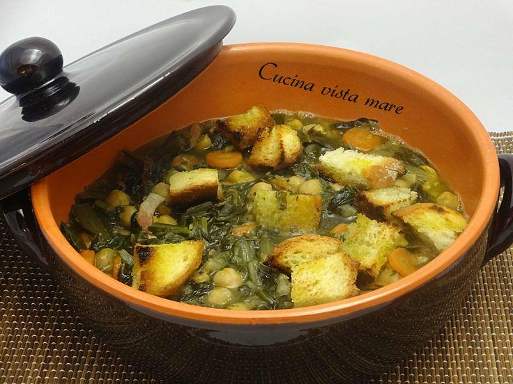 La zuppa di ceci e cicoria con poche calorie e un buon potere saziante è un piatto sano, leggero e gustoso: perfetto per le ultime giornate invernali!