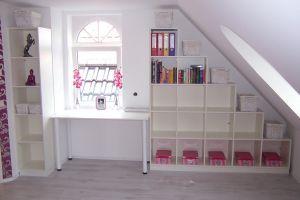 Stufenregal für Dachschräge und massgefertigter Schreibtisch