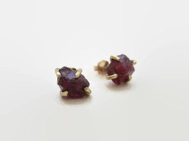 ロードクロサイトガーネットの原石の4本爪のポストピアス ゴールドフィルドポスト - Yoko's Jewelry
