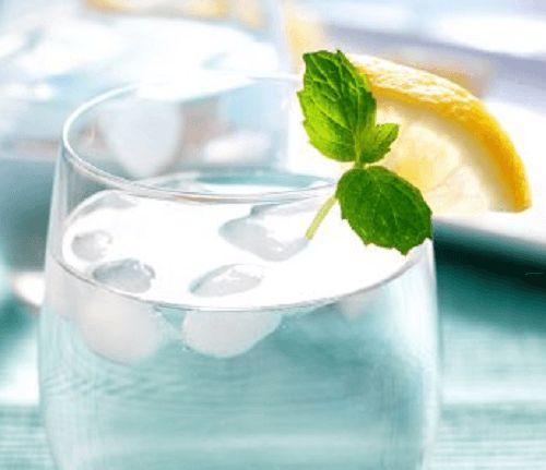 Der Organismus benötigt regelmäßig ausreichend Wasser, um gesund zu bleiben - das ist allgemein bekannt. Wasser enthält zahlreiche gesundheitliche Vorzüge, auch wenn wir uns darüber oft nicht bewusst sind. 75% der Muskeln, 90% des Gehirns, 22% der Knochen und 83% des Blutes bestehen aus Wasser. Schon alleine daraus ist die Wichtigkeit einer ausreichenden Wasserzufuhr zu erkennen. Um von allen Vorteilen des Wassers zu profitieren, empfiehlt es sich, gleich nach dem Aufstehen 4 Gläser auf…