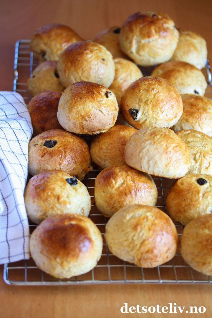 Hei på deg! Håper helgen har vært bra! La meg gi deg en god start på ny uke med denne herlige oppskriften på Grove rosinboller! Dette er rosinboller som inneholder noe grovt, sammalt hvetemel, som gjør dem litt mer mettende og litt sunnere enn vanlige rosinboller. Bollene blir likevel veldig myke og gode! Grove rosinboller er gode som de er, men prøv dem med smør og brunost og en kopp varm kakao ved siden av... Oppskriften gir ca. 30 boller.