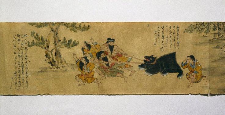 熊を檻から引き出し、ロープをかけて広場に連れ出す。右から、熊の世話係だった女性が従う。 Brooklyn Museum - Local Customs of the Ainu ◆イオマンテ - Wikipedia https://ja.wikipedia.org/wiki/%E3%82%A4%E3%82%AA%E3%83%9E%E3%83%B3%E3%83%86 #Iomante #イオマンテ #Ainu #Aynu #アイヌ