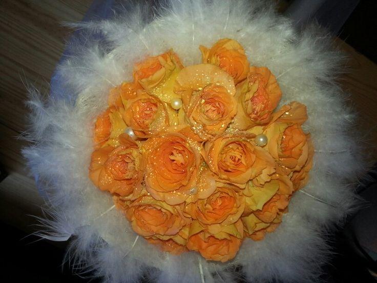 Ramo de novia de rosas naranja plumas y fantasia.