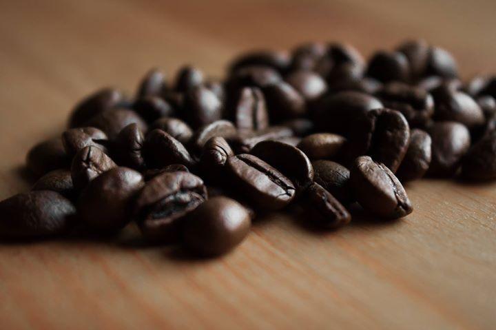 """""""Es ist der teuerste Kaffee der Welt doch seine Herstellung klingt wenig appetitlich. Denn er wird aus Katzenkot gemacht. Auf den Philippinen gibt es eine bestimmte Schleichkatzenart die Unmengen von Kaffeekirschen frisst und die Bohnen fermentiert wieder ausscheidet. Diese Bohnen sollen beim Rösten einen besonders angenehmen Geschmack annehmen.""""   Dieses Zitat stammt aus einem Artikel einer hierzulande ansässigen großen Zeitung und schreibt über den Kaffee den man in der Kaffeerösterei in…"""