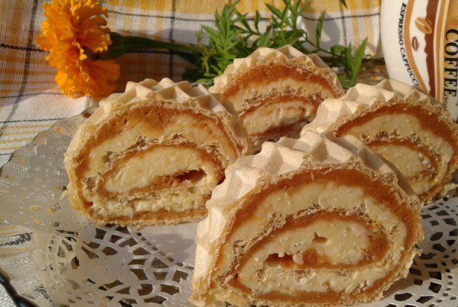 Desert foaie de napolitana cu crema caramel si biscuiti