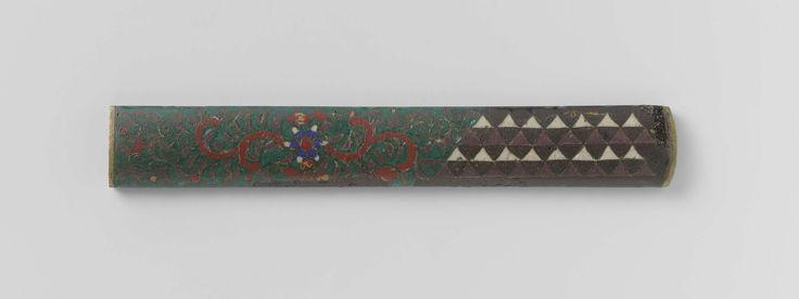 Anonymous | Sword knife hilt, Anonymous | Versiering in cloisonné: iets meer dan één derde deel wordt in besslag genomen door een geometrisch patroon van witte en bruine driehoekjes; de rest door florale motieven in o.a. rood, donkergroen en blauw.