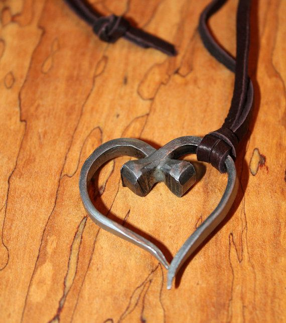Hufeisen Nagel herzförmige Anhänger, mit Wildleder Leder Halskette. Stahl Hufeisen Anhänger ist sorgfältig handgefertigt Stahl aus zwei Hufnägel, die fertig sind, um vor Rost zu schützen. Weiches Wildleder Halskette ist 28 lang und kommt mit einem rustikalen Knoten Verschluss oder Sie können einen silbernen Hummer Verschluss Stecker an der Kasse anfordern. Diese schöne Schmuck ist ideal für Pferdeliebhaber in Ihrer Familie, oder wer liebt Bio Schmuck und diesen zurück-zur-Natur-Look…